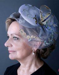 Madrina con tocado elegante en tonos azules